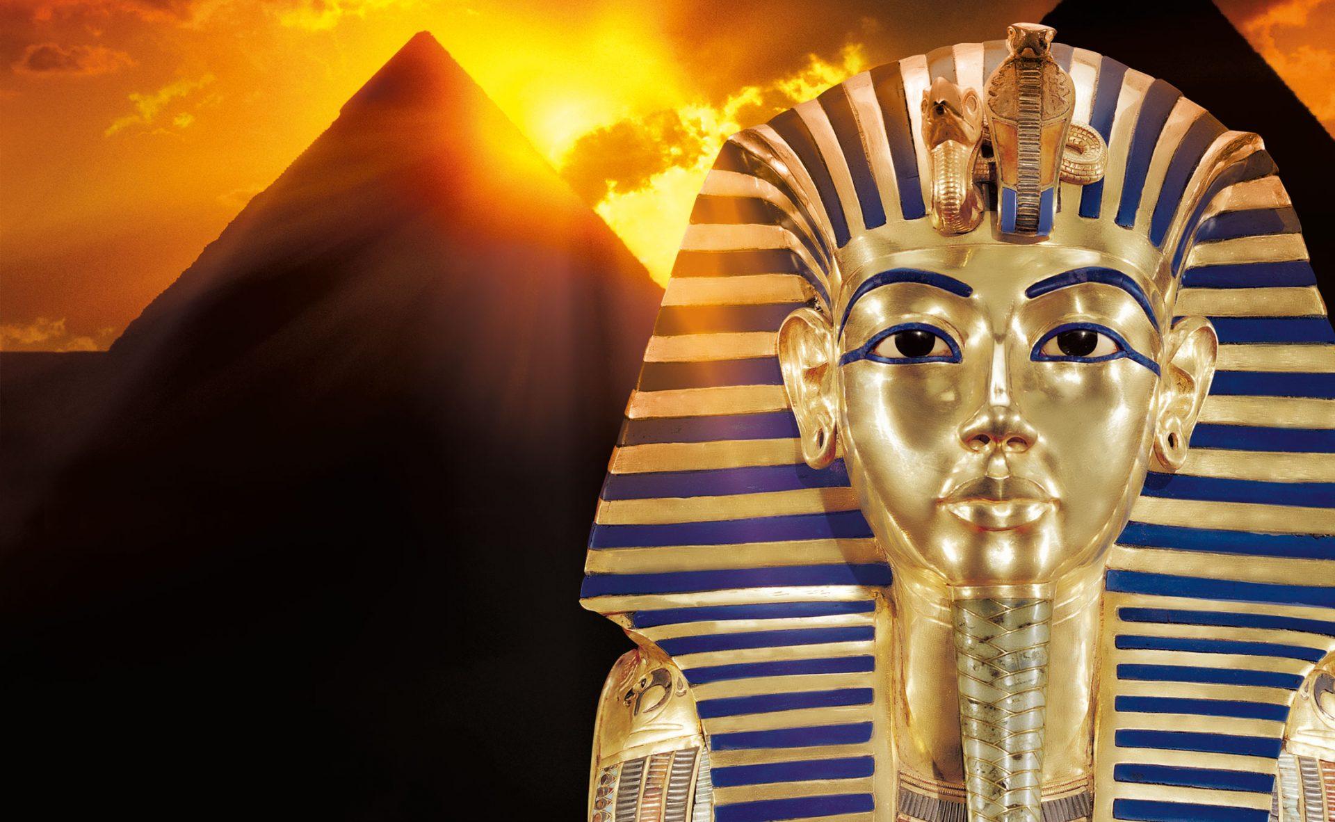 Farao med pyramider i bakgrunn