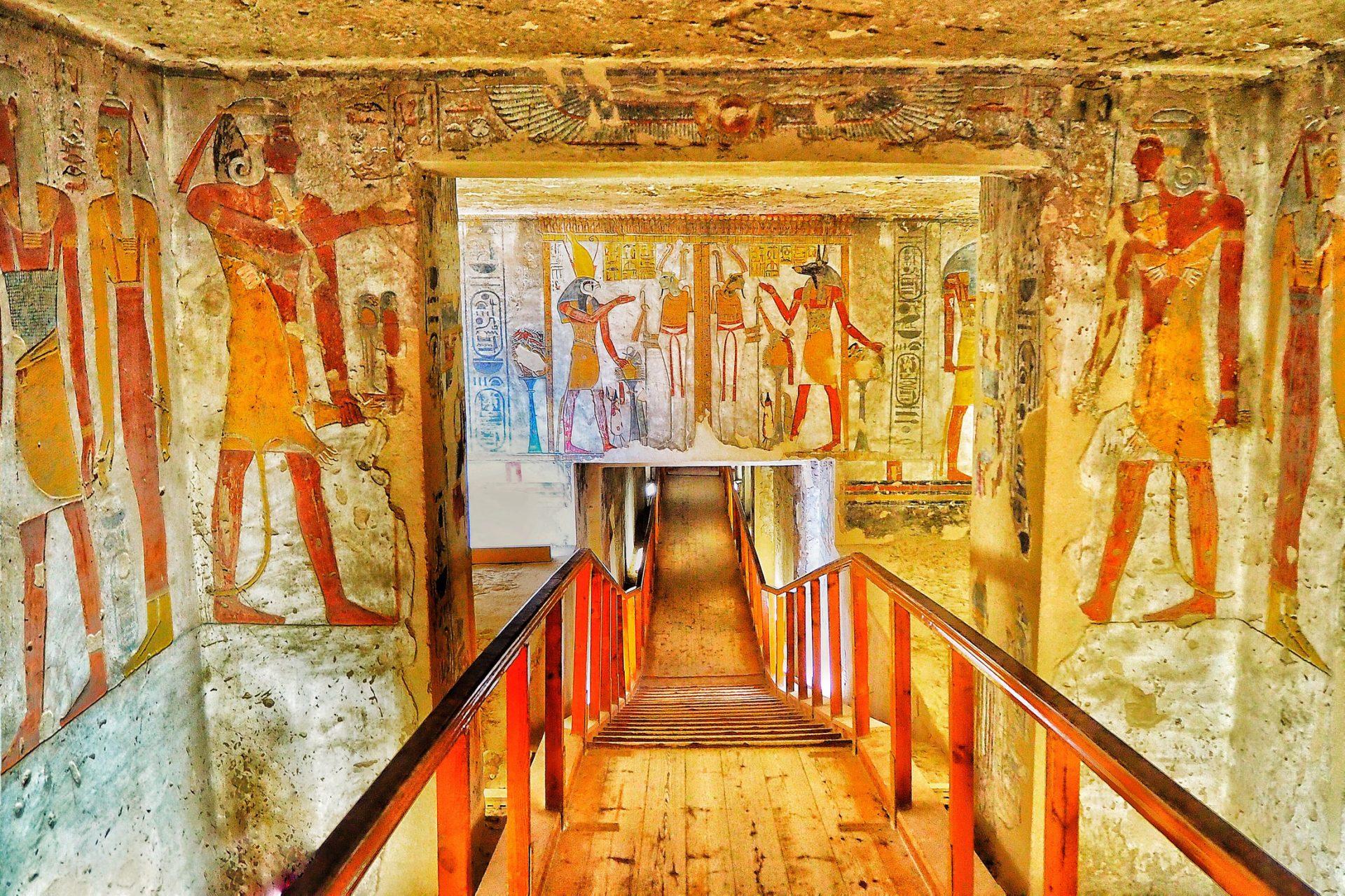 Trapp med gamle egyptere på veggene