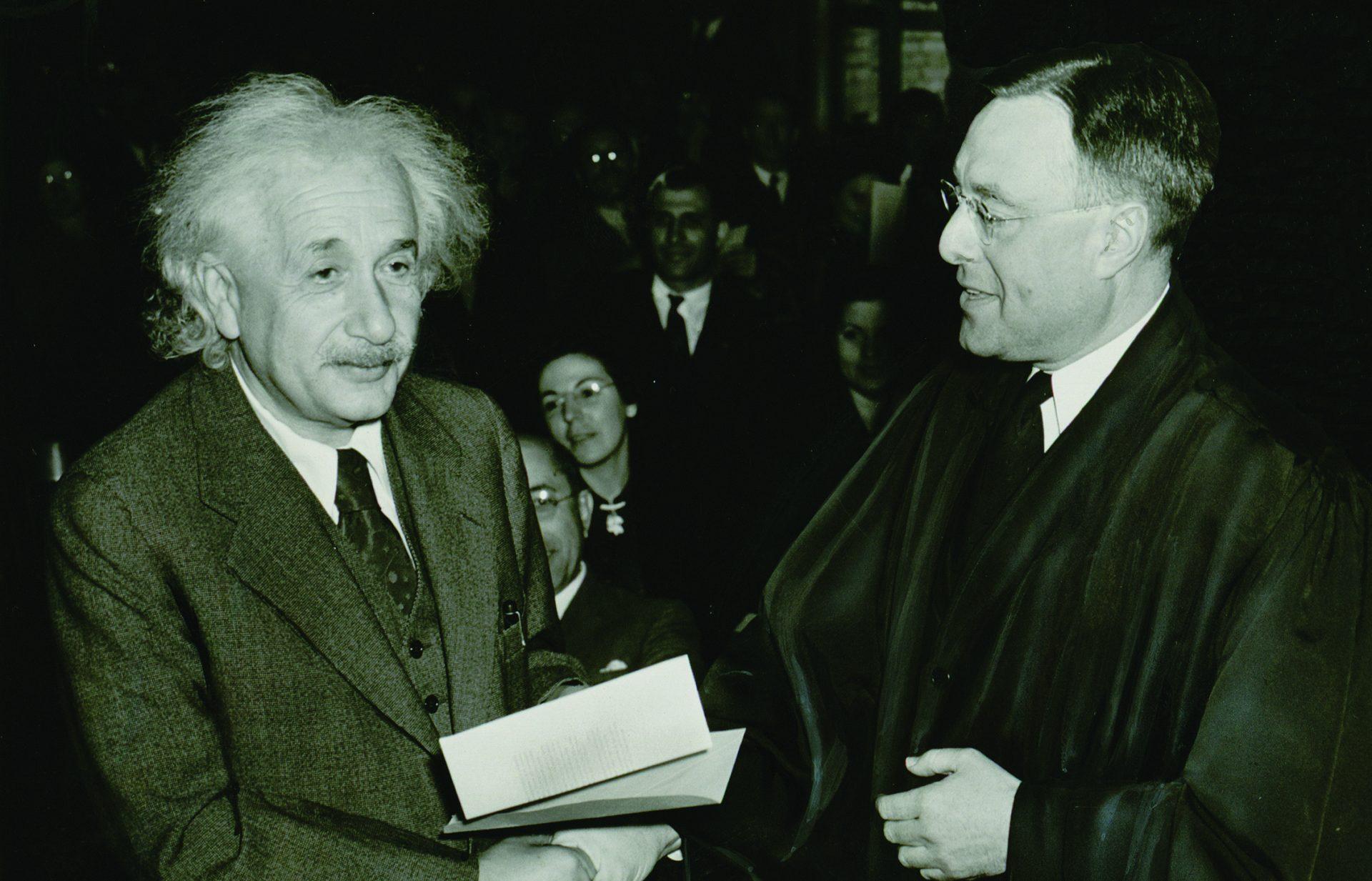 Albert Einstein håndhilser