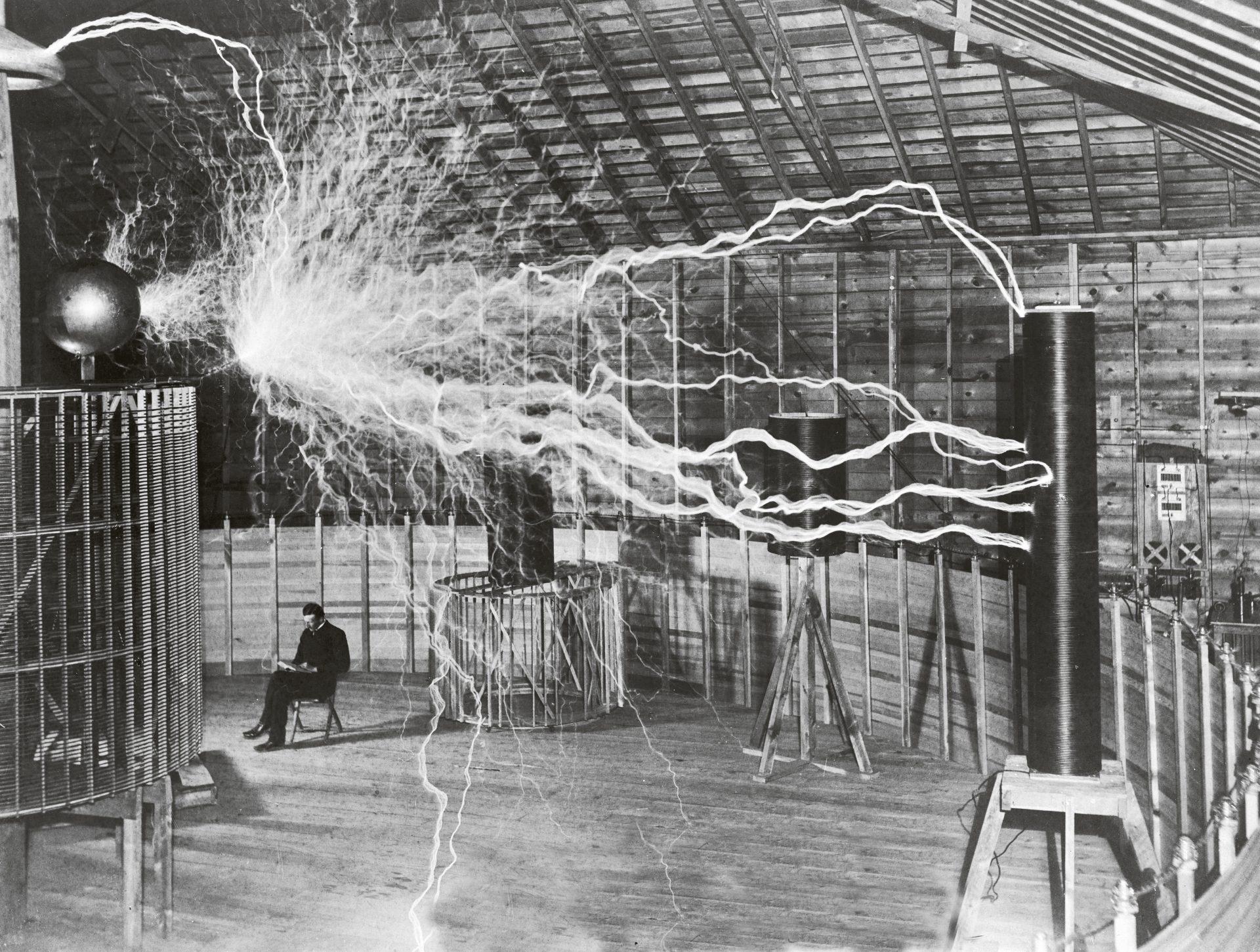 Nikola Tesla med utstyret hans