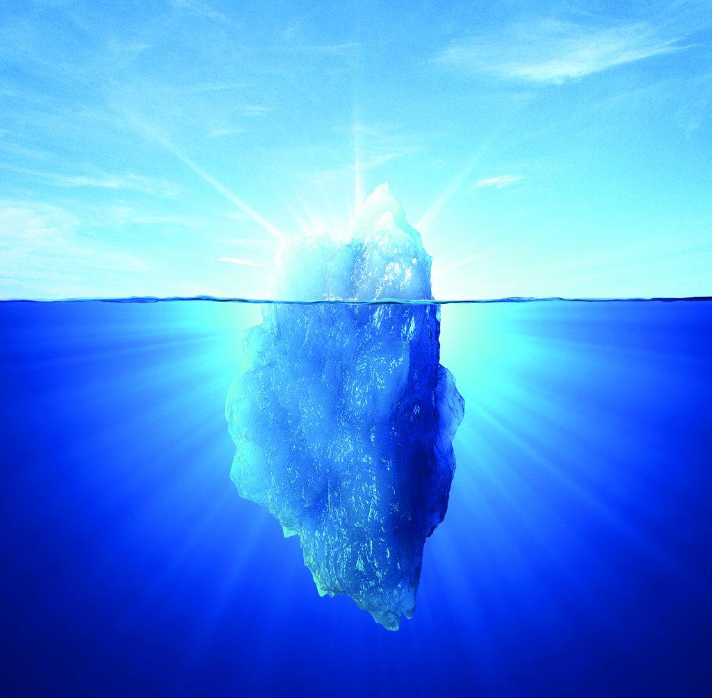 Isfjell over og under vann