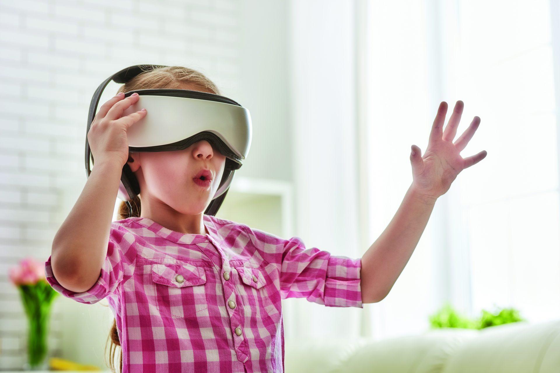 Jente med VR briller