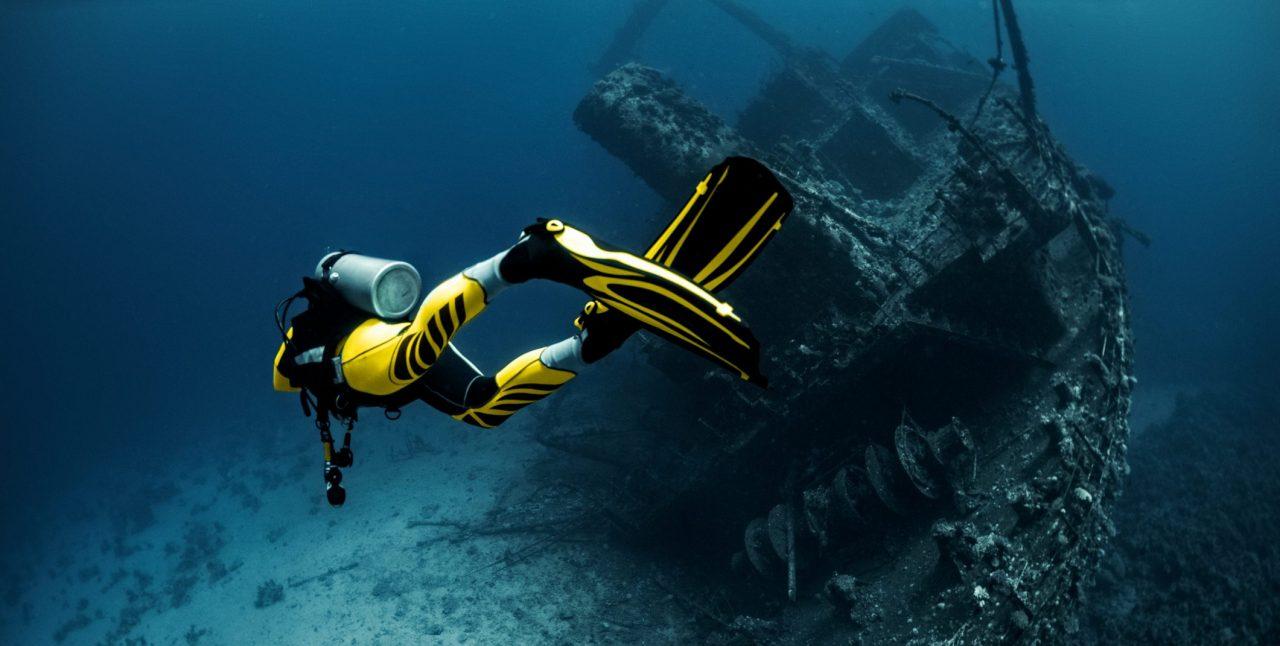 En dykker som utforsker et skipsvrak i rødehavet