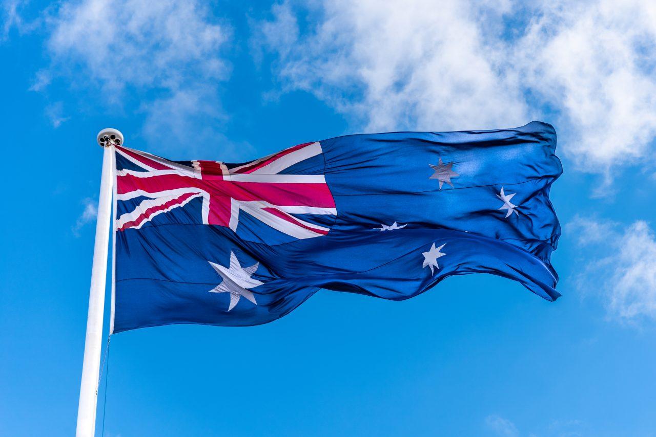 Det australske flaget heist opp i en flaggstang