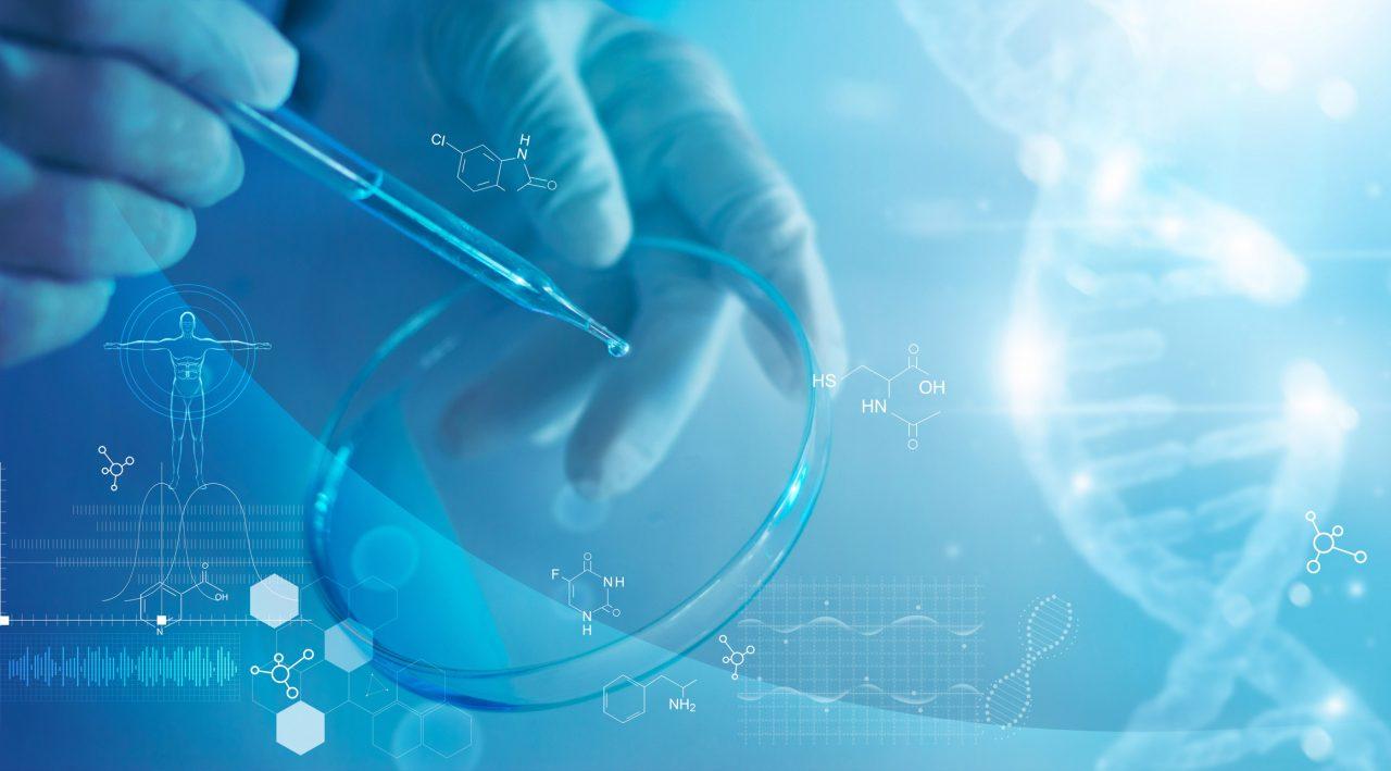 Bilde av en forsker som analyserer og bruker en dråpeteller med andre vitenskapelige elementer