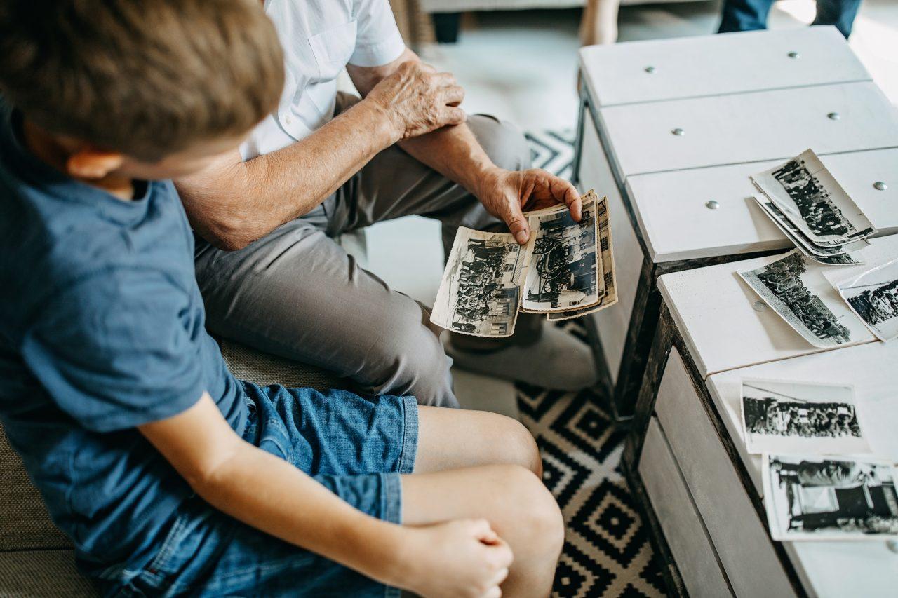 Bestefar som ser på gamle bilder med barnebarn