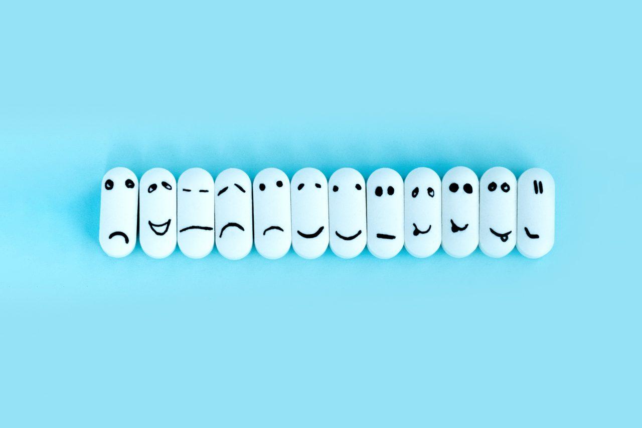 Piller med ansiktsuttrykk tegnet på