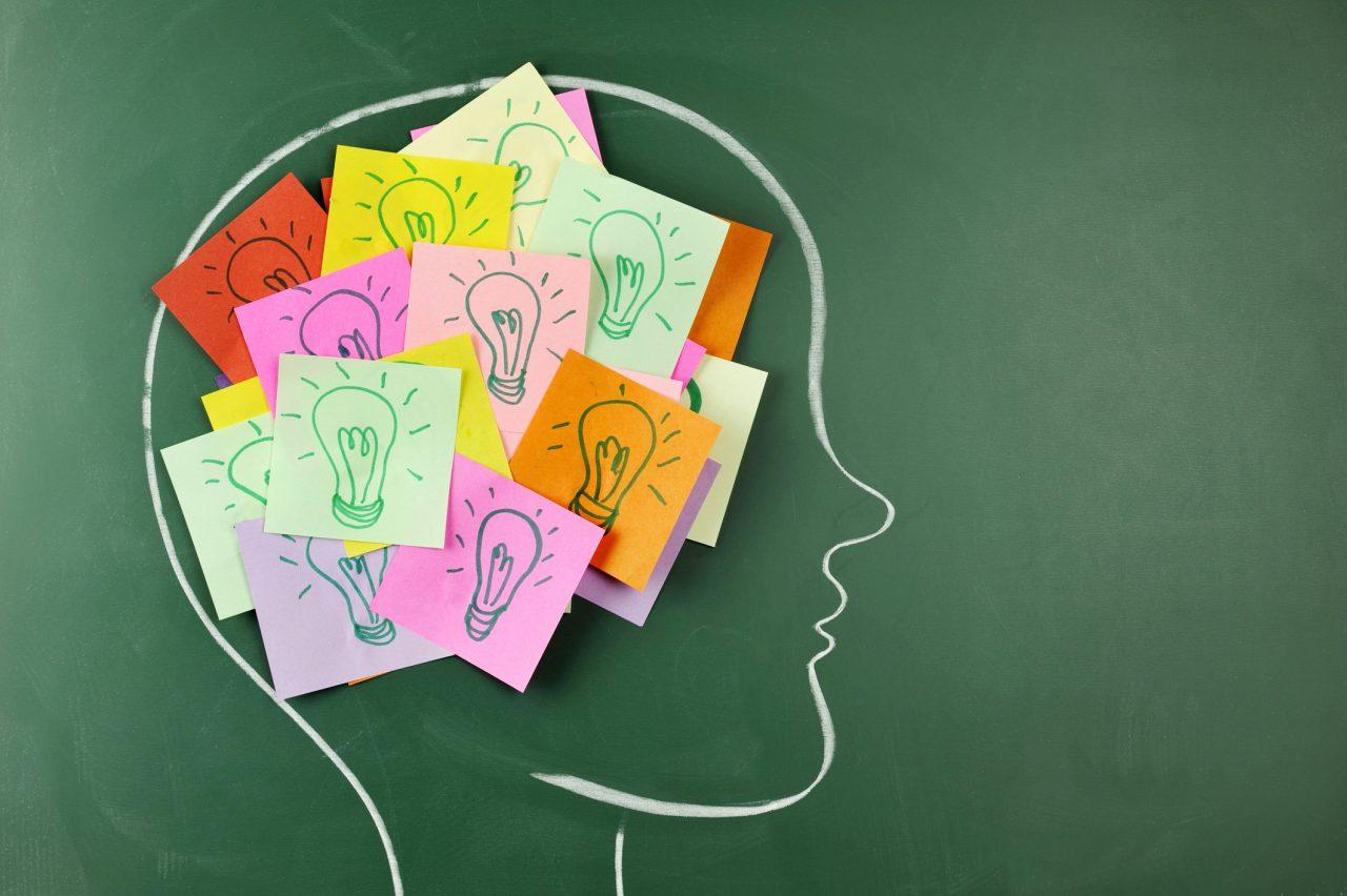 Tegning på en skole tavle med post it lapper med lyspærer