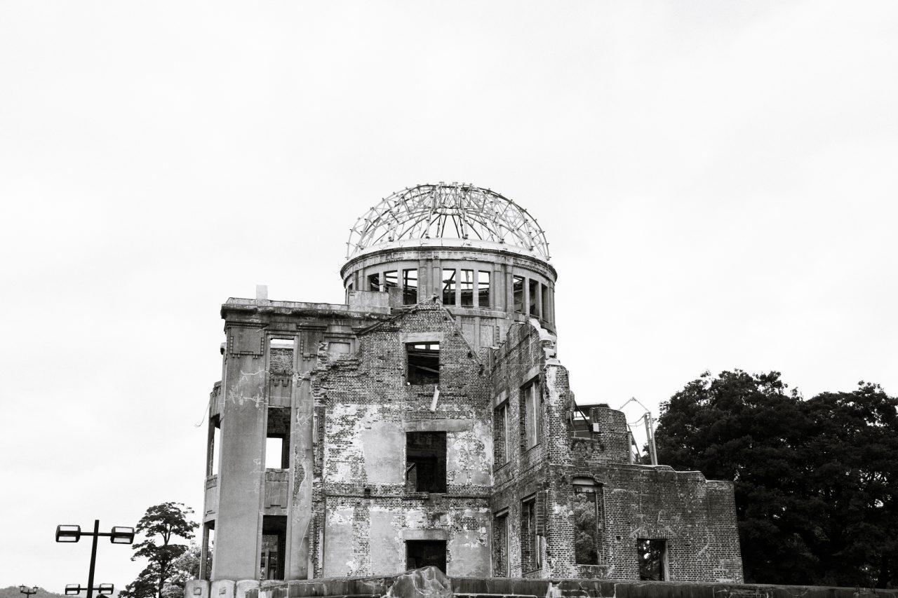 Atombombekuppelen A-Bomb Dome i Hiroshima var den eneste bygningen i hjertet av bombenedslaget som ikke ble jevnet med jorden. I dag fungerer den som et minnesmerke for alle som omkom under angrepet den 6. august 1945