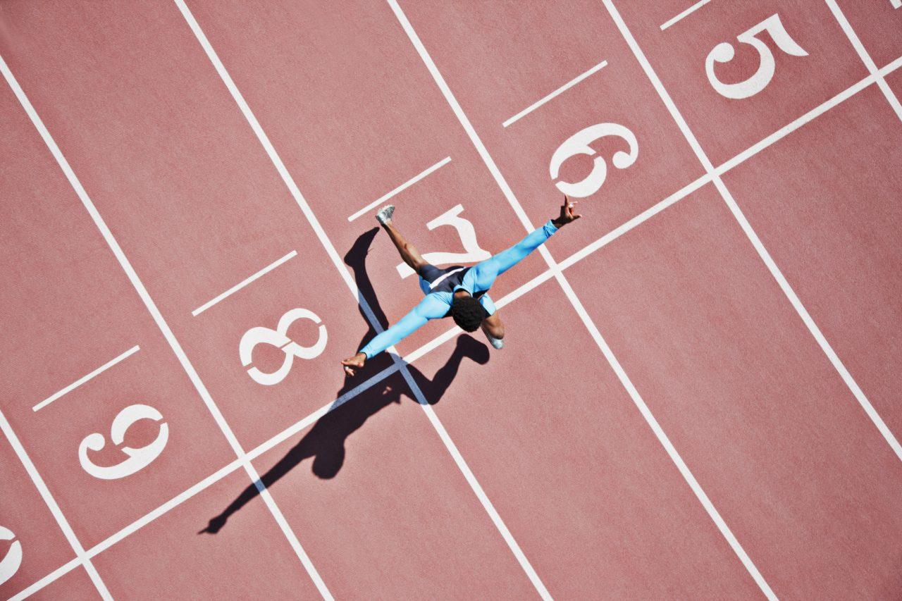 Sprinter løper i mål
