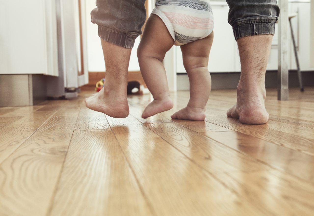 Far lærer barn å gå
