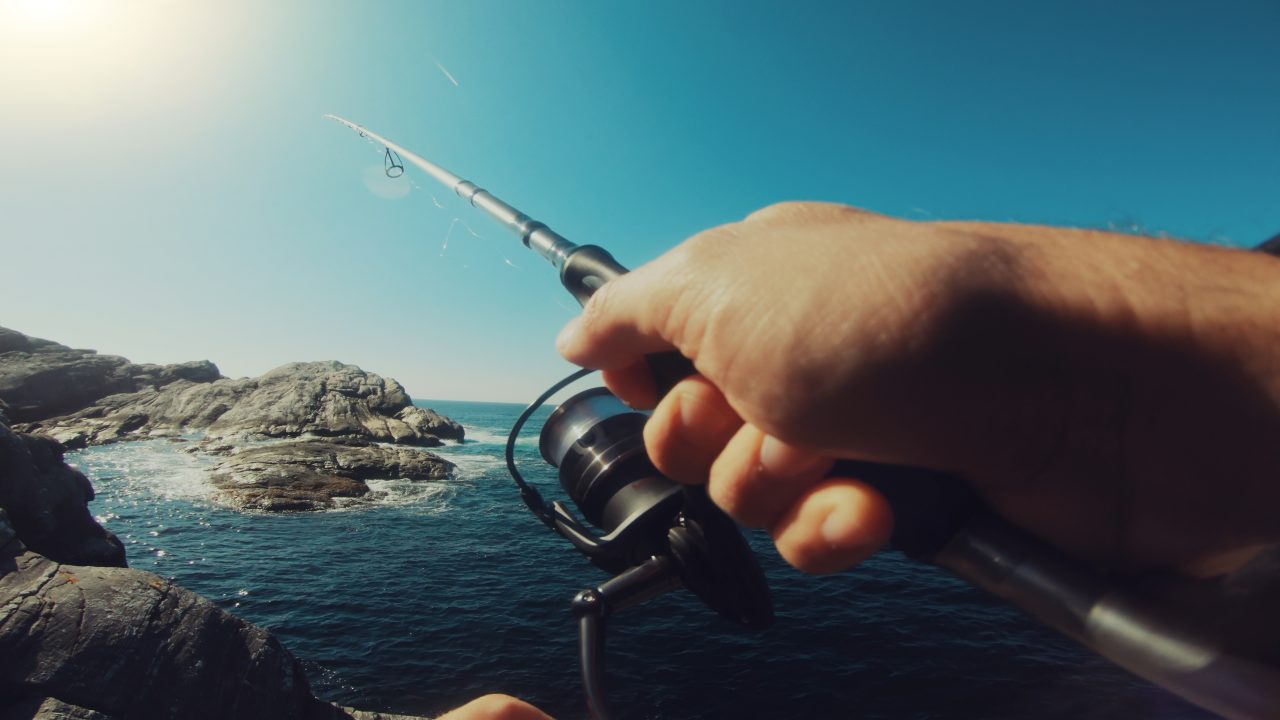 Mann som holder en fiskestang