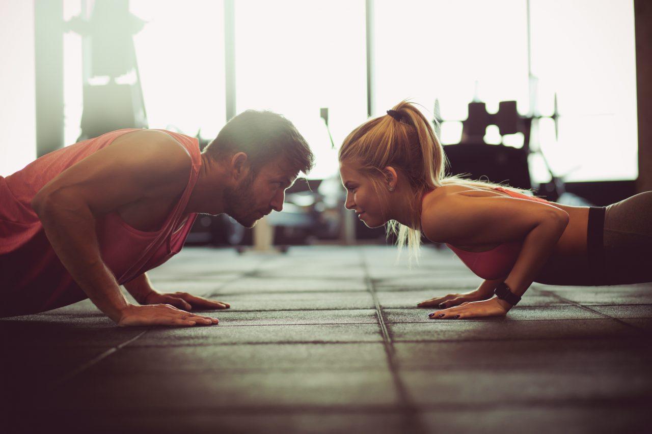 To personer som trener på et treningssenter