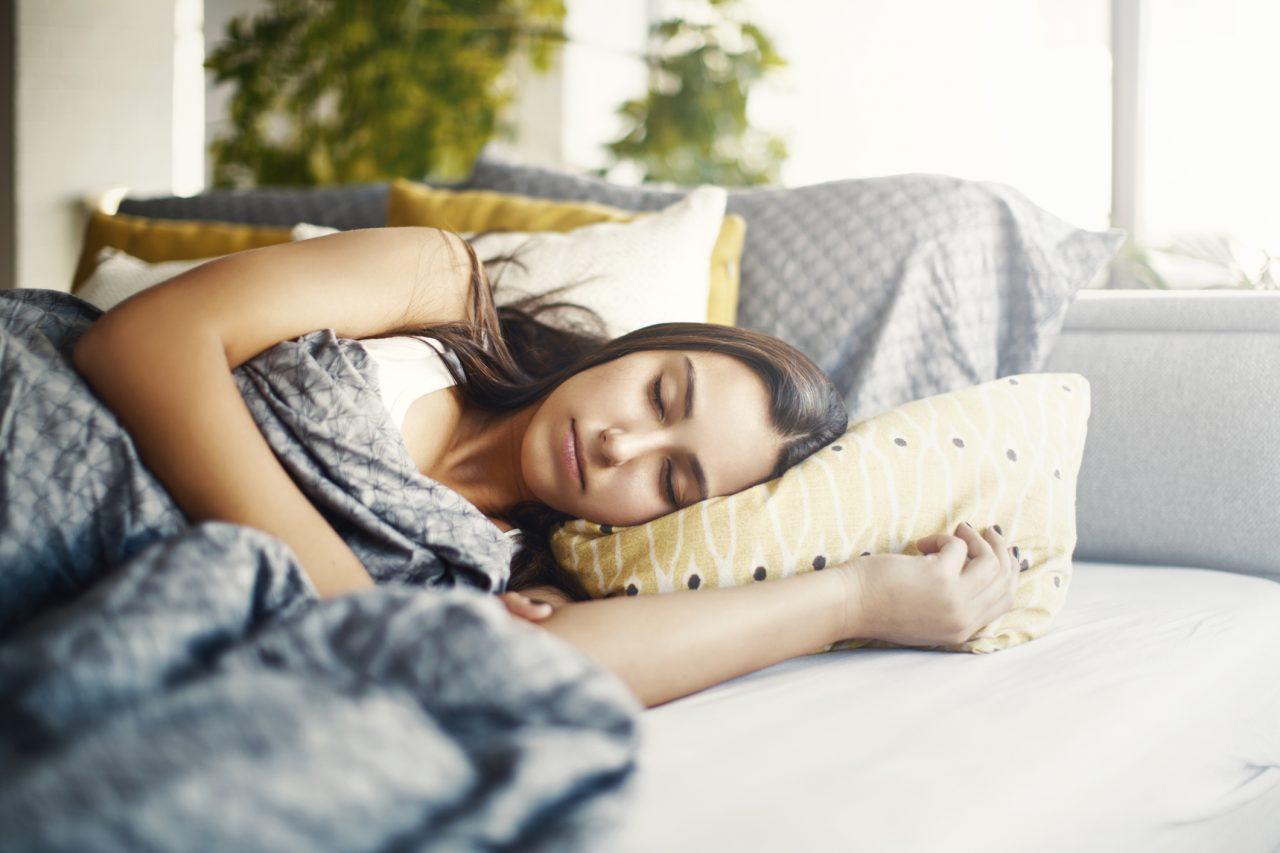 Tenåringsjente som sover mens det er lyst ute