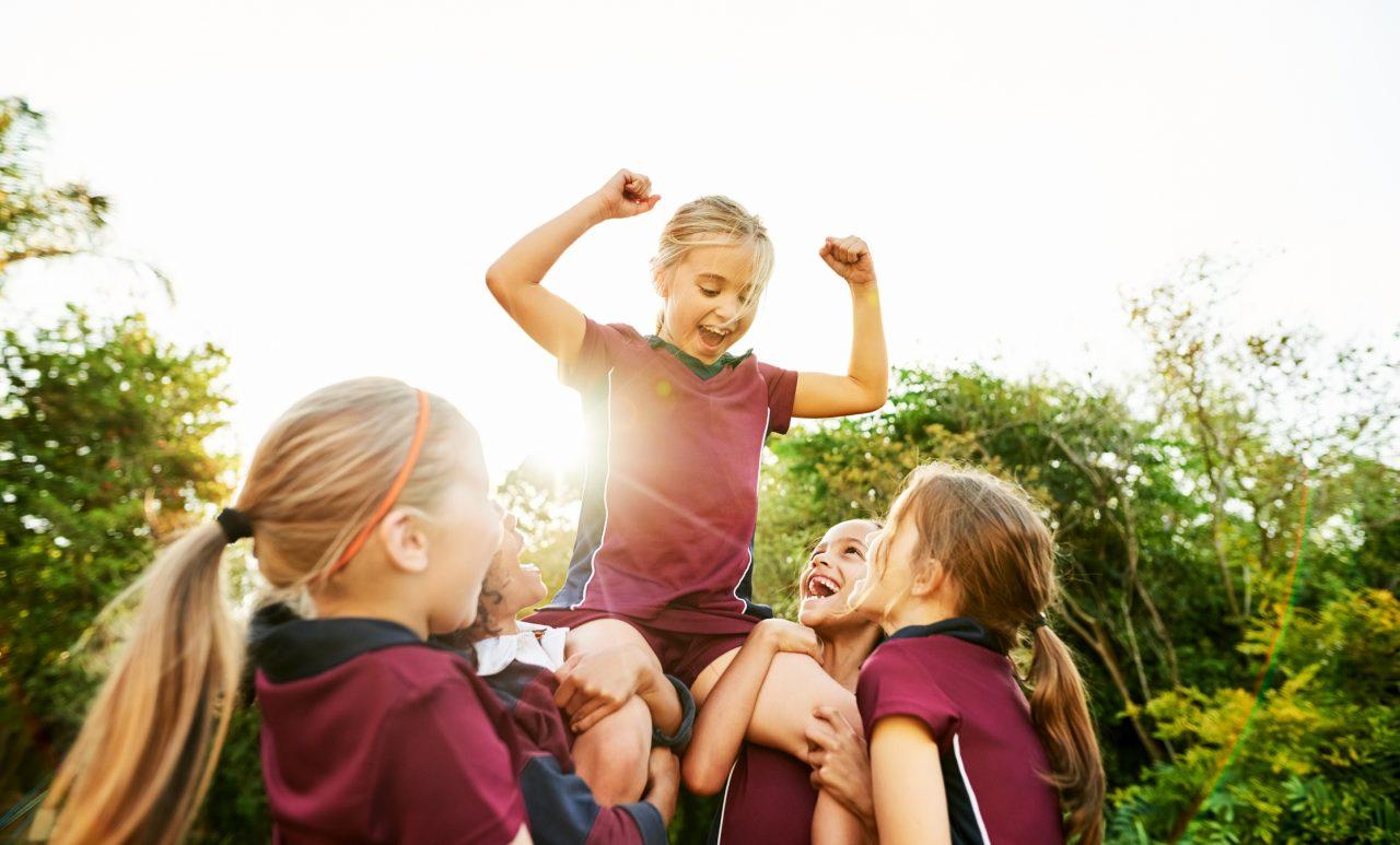 Et fotball lag med jenter feirer seier