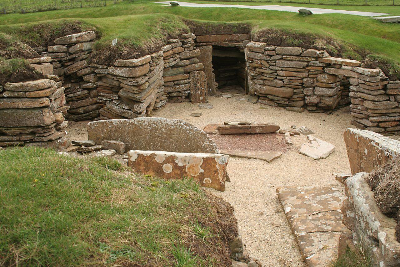 Skara Brae er en forhistorisk bosetning i Bay of Skaill på vestkysten av øya Mainland på Orknøyene, Skottland