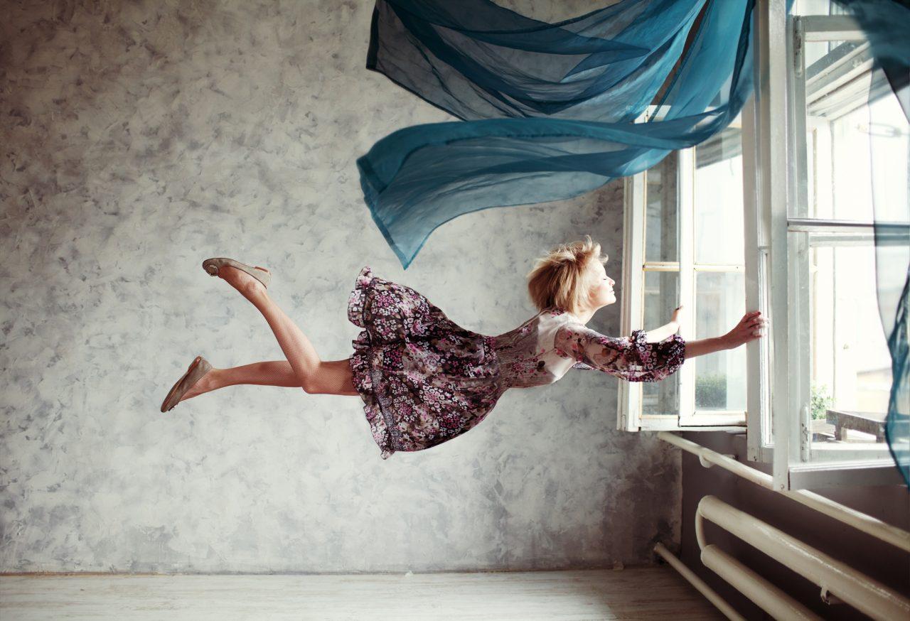 Ung kvinne flyr