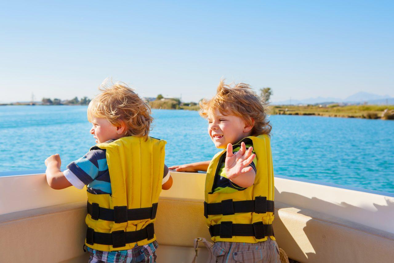 To unge gutter som har det gøy på seiltur
