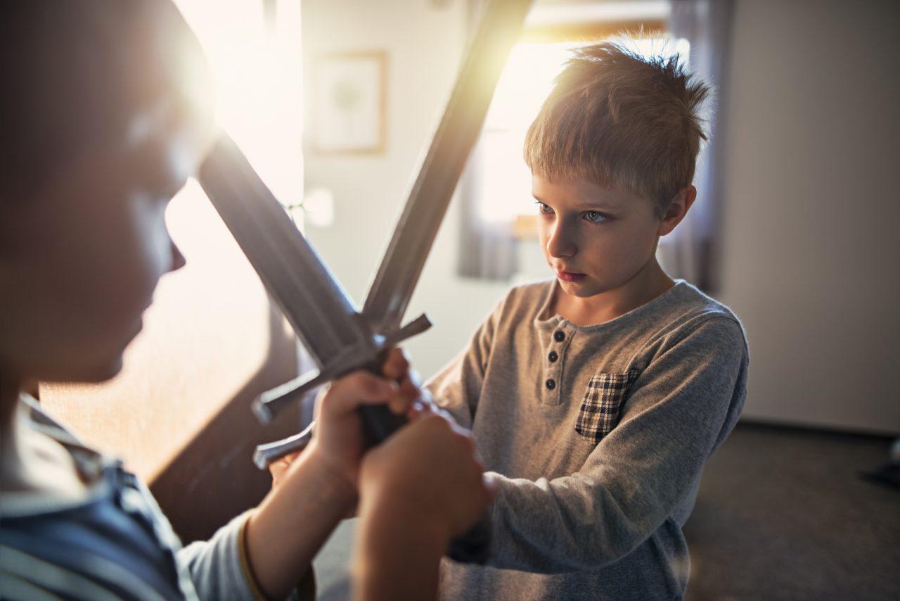 To gutter som leker riddere med sverd