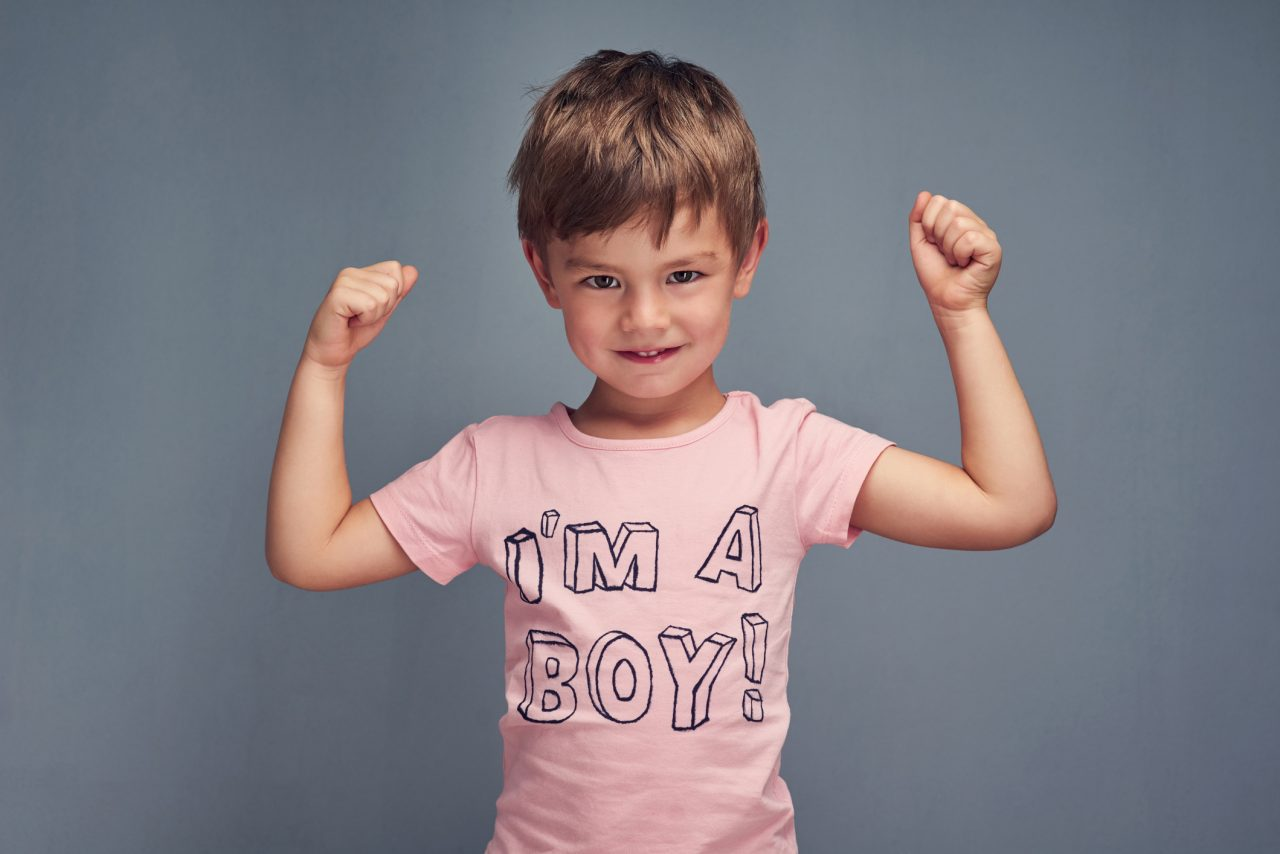 Gutt med rosa t-skjorte
