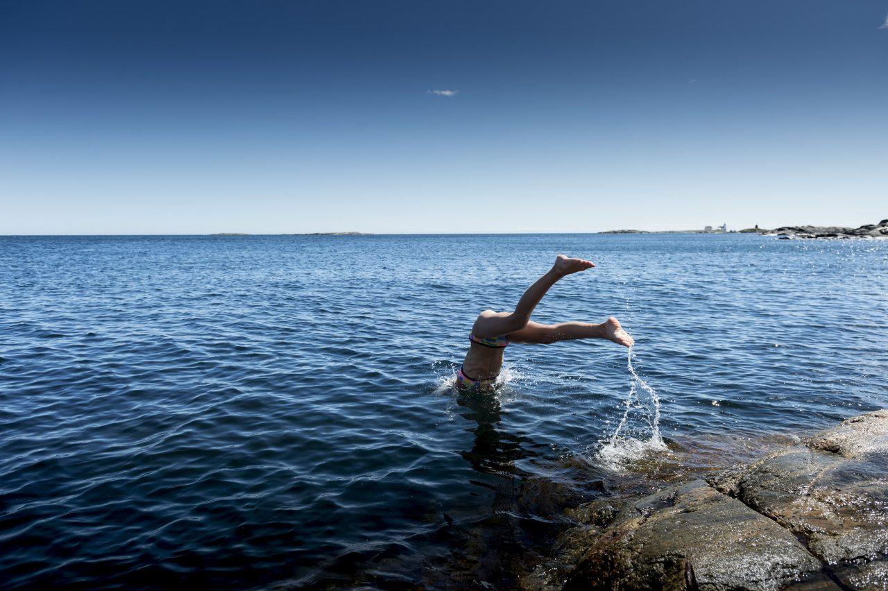 Jente stuper i havet