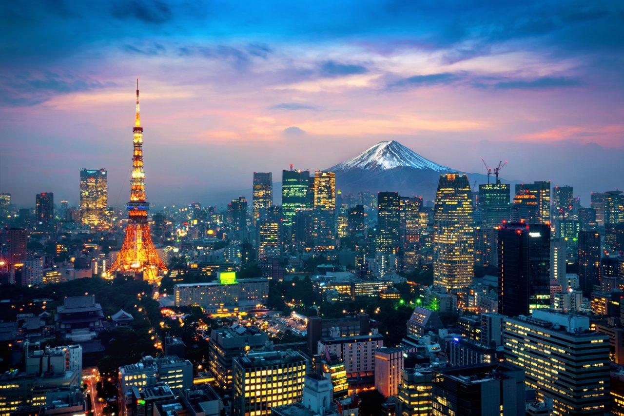 Fugleperspektiv av Fuji fjellet med byen foran