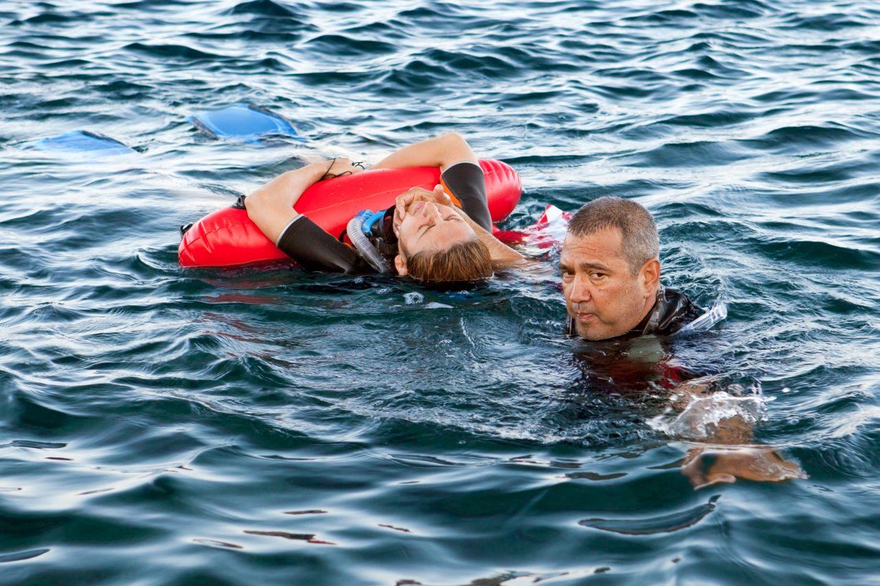 mann redder person fra drukning