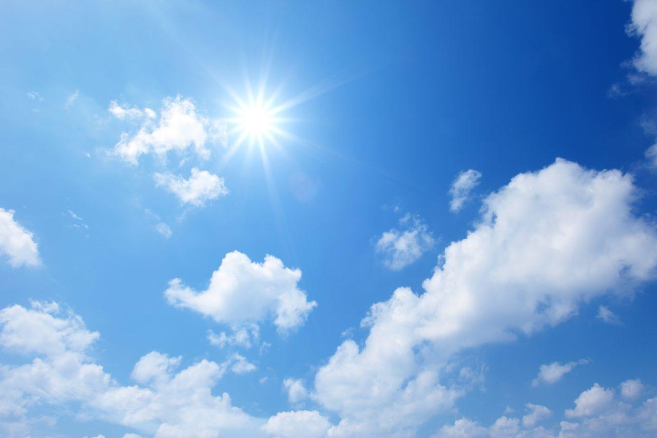 Solen skinner på blå himmel