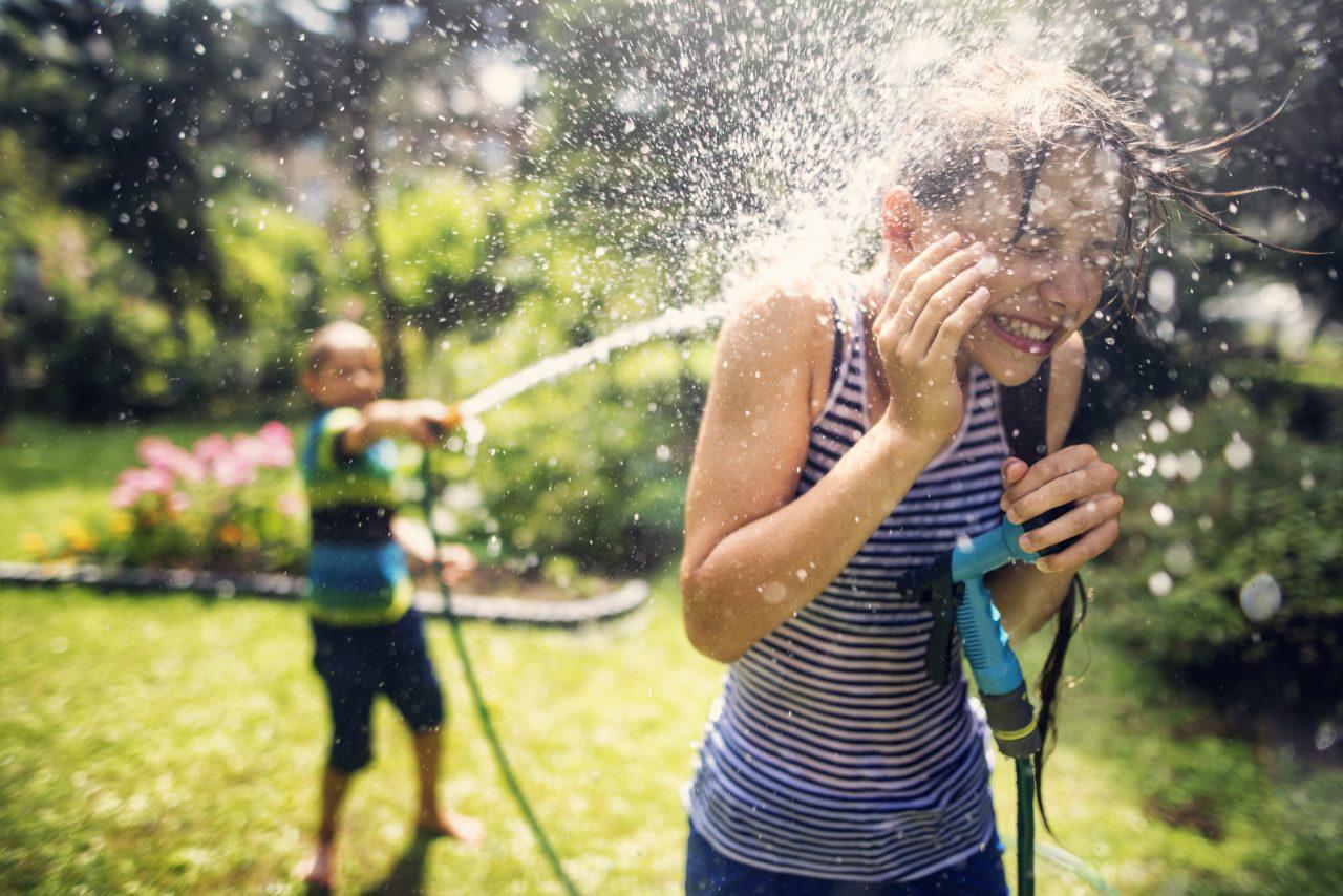 Barn leker vannkrig