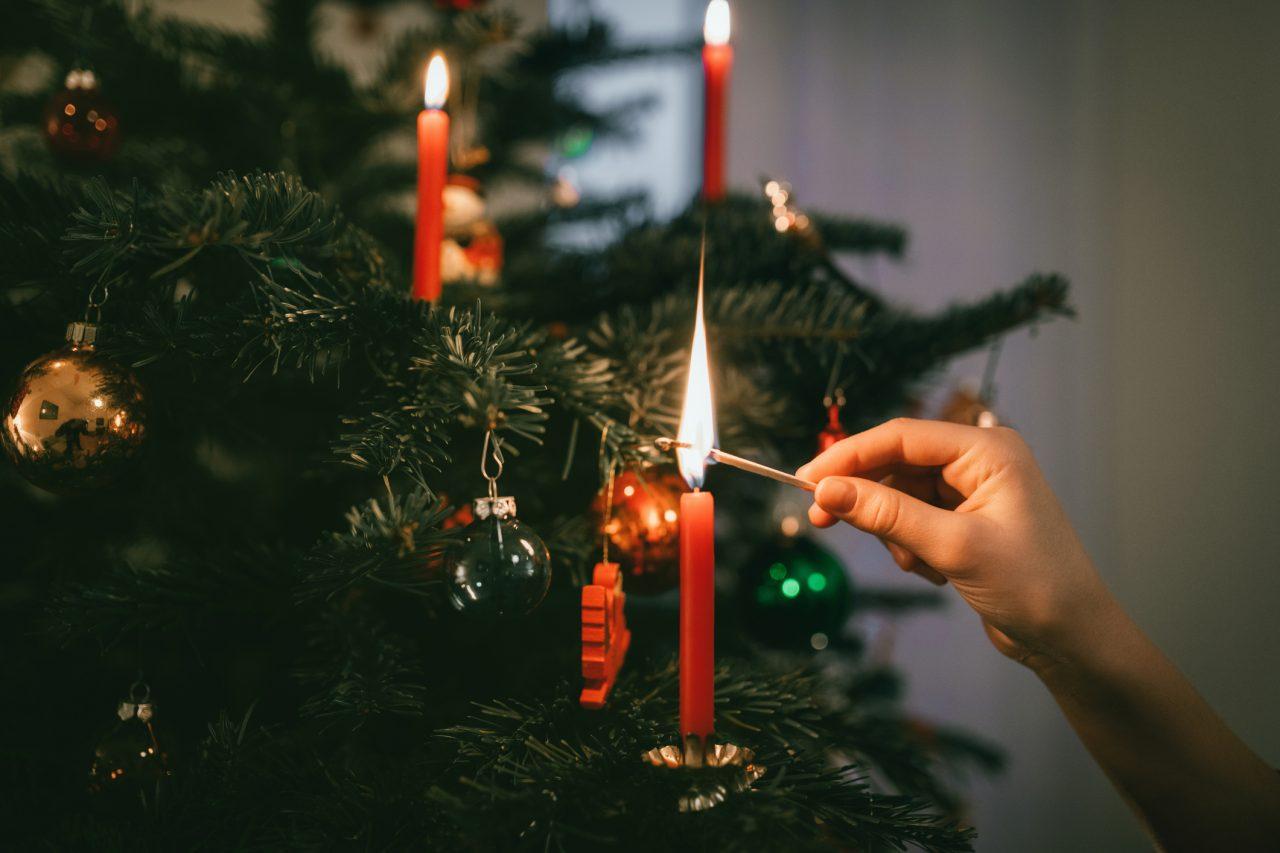 Levende lys på juletre som blir tent på