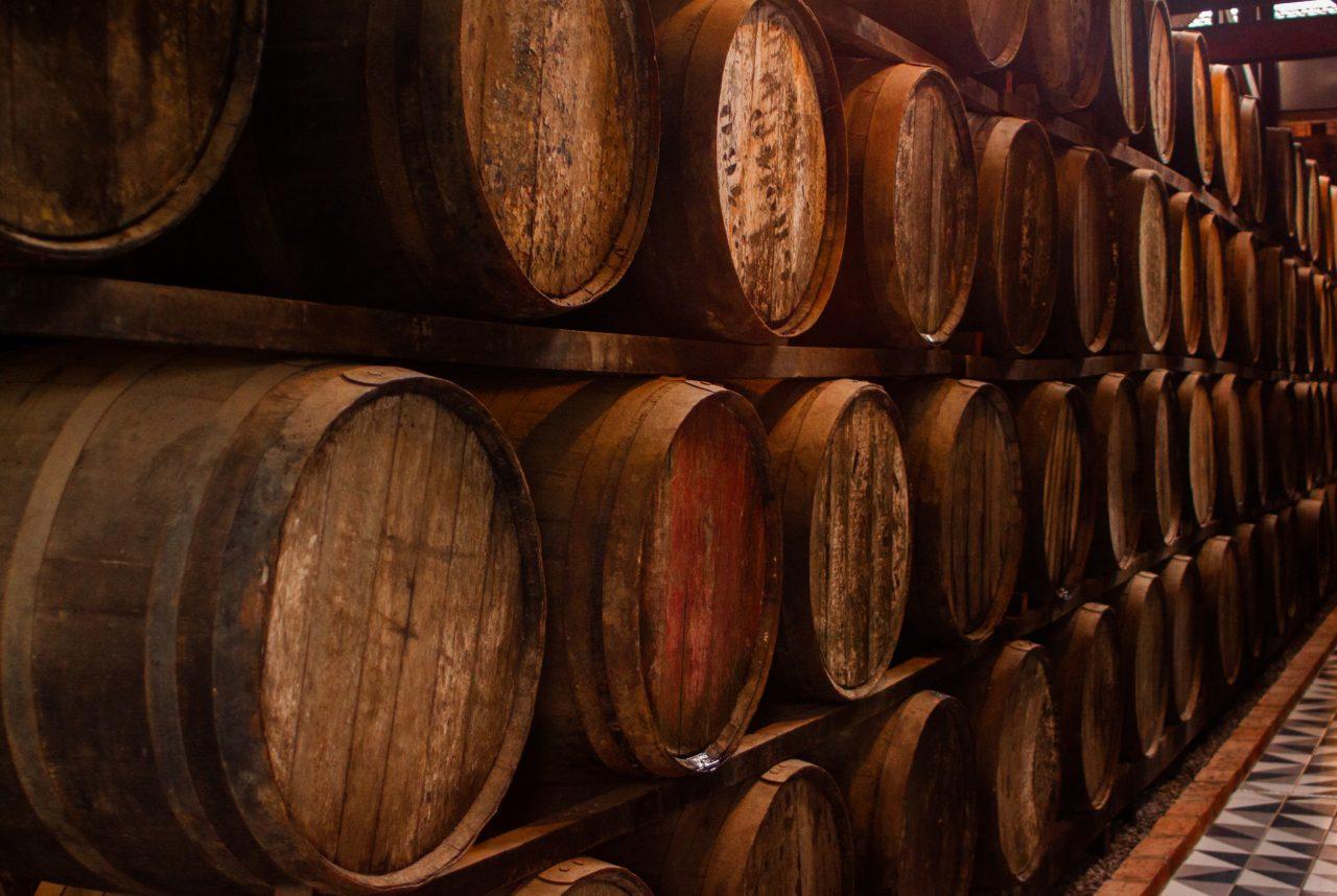 Oppbevaring av drikke i tretønner stablet opp på hverandre
