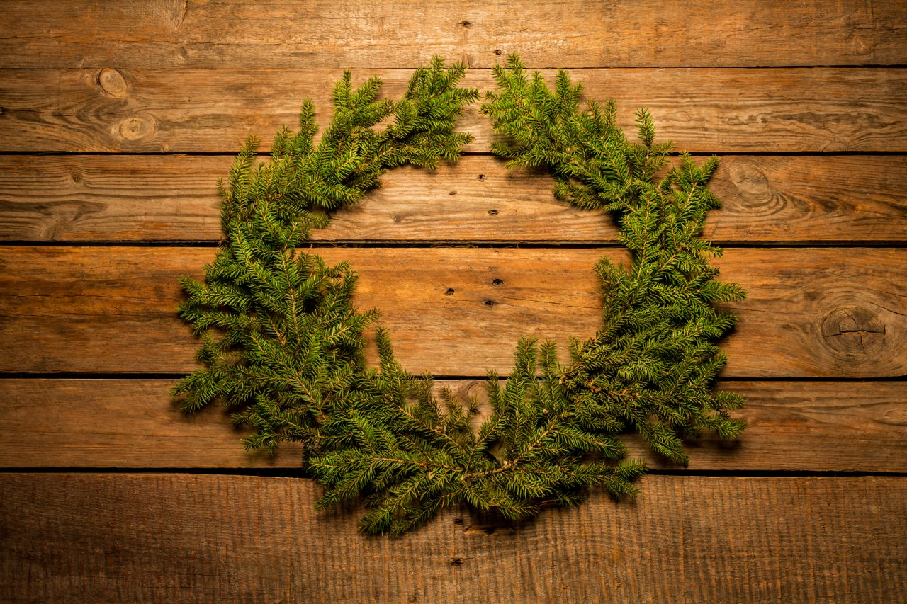 Julekrans lagt på en tre bakgrunn