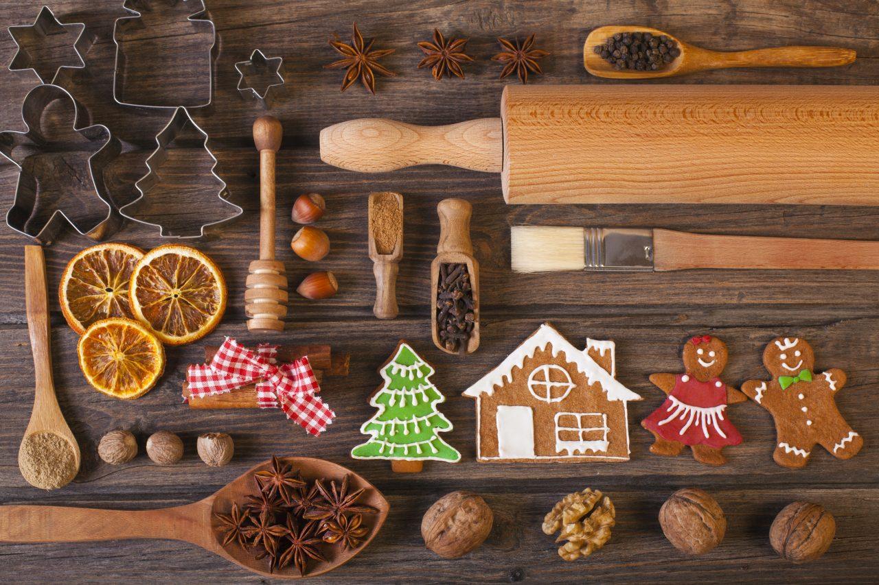 Julebakst lagt ut på et tre bord