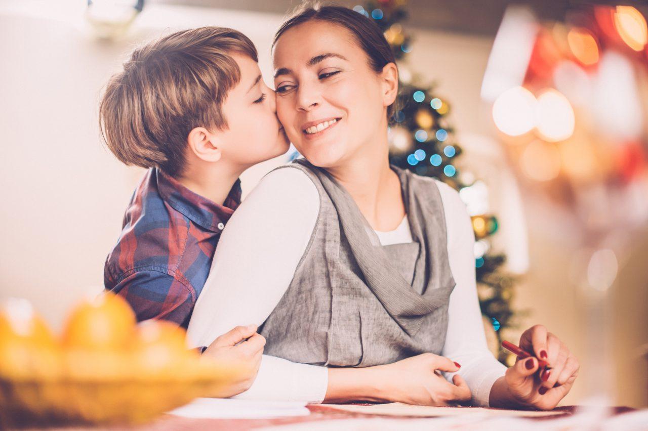 Mor og sønn skriver julebrev