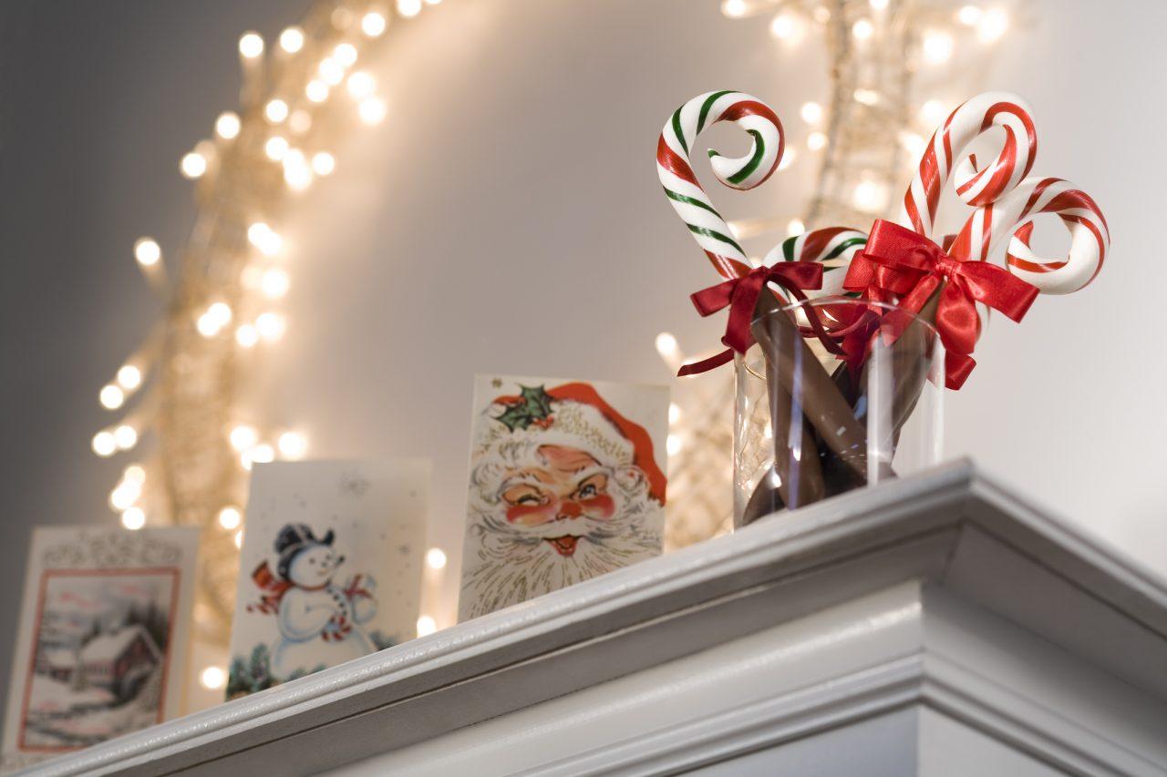 Tre julekort utstilt på en hylle