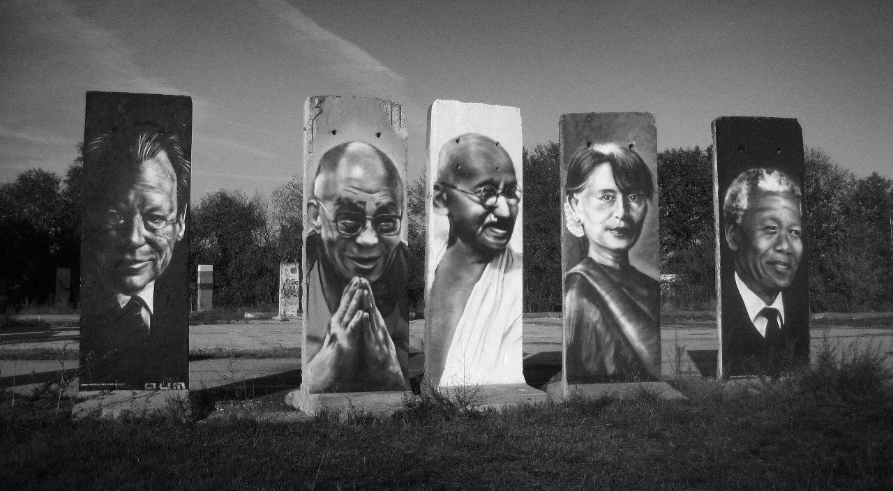 Fredsprisvinnere malt på veggsegmenter etter Berlin-muren