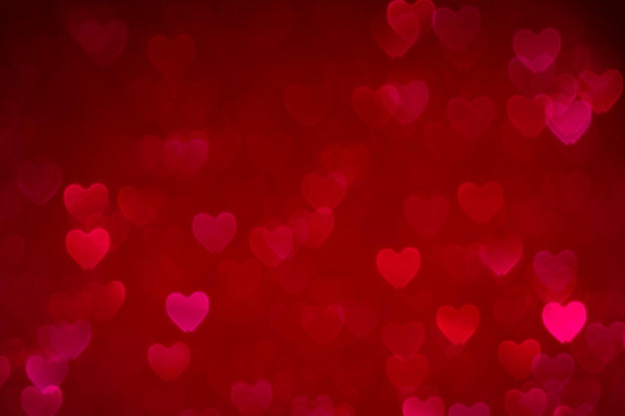 Rød bakgrunn med hjerter