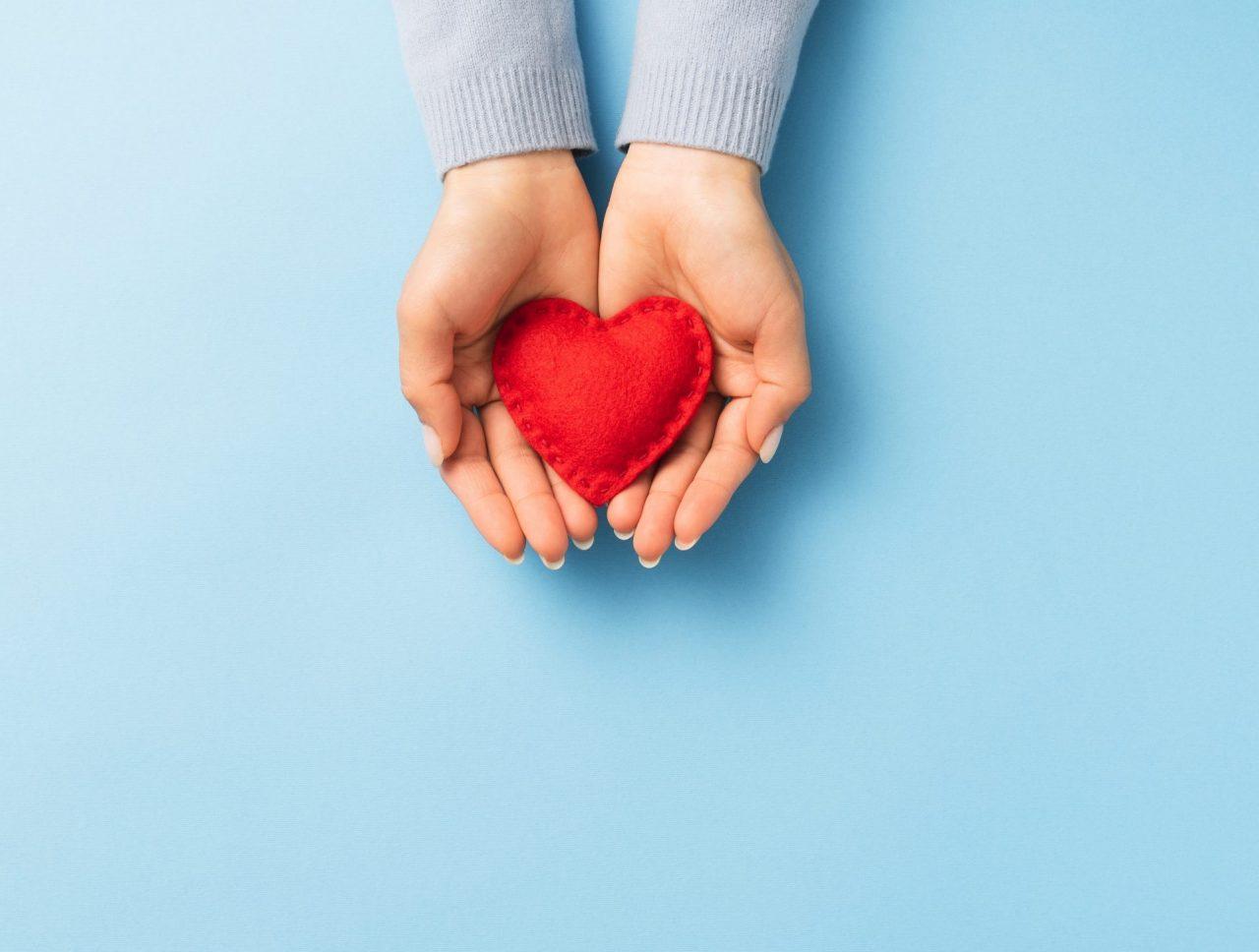 En person som holder et hjerte i hendene