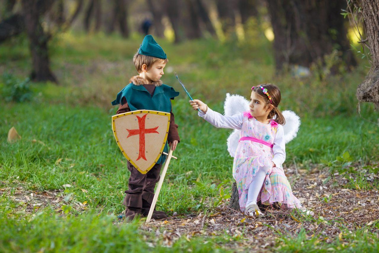 Gutt og jente kledd opp i kostyme som fee og ridder