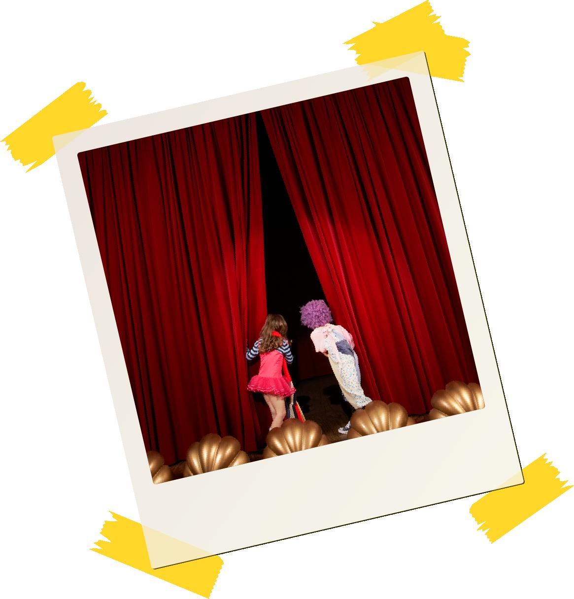 Polaroidbilde to barn om ser inn bak scenen.