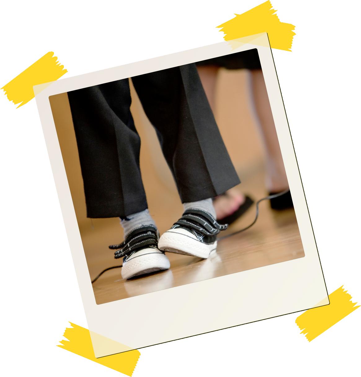 Polaroidbilde av fot som tråkker på den andre foten.