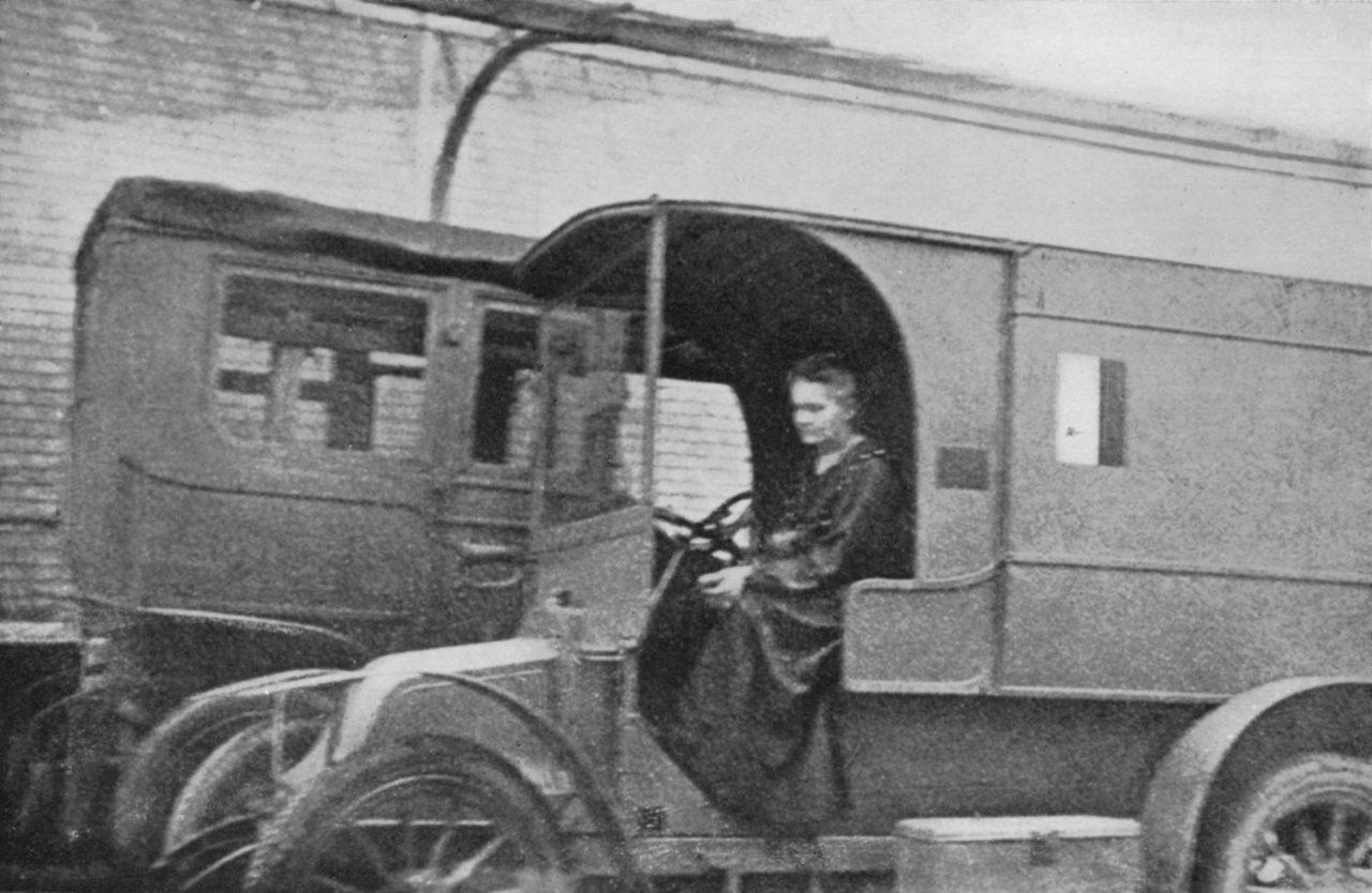 Marie Curie i en bil kalt røntgenlaboratorier på hjul