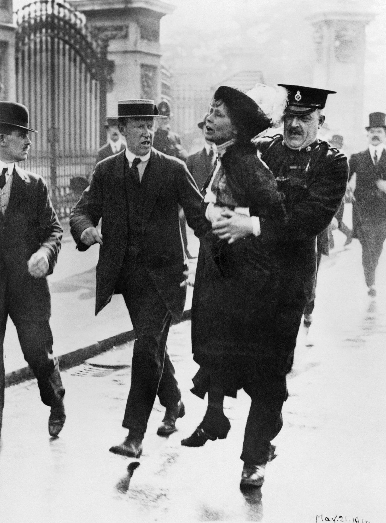 Mrs Emmeline Pankhurst blir arrestert utenfor Buckingham Palace
