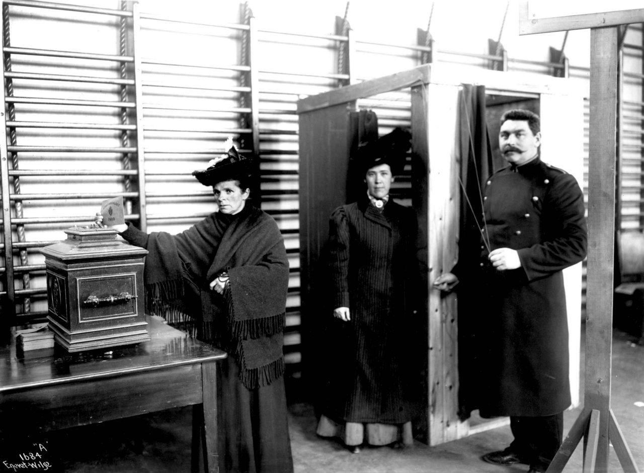 Stortingsvalg, muligens Drammen, Buskerud, 1909. Ved dette valget kunne kvinner fra borgerskapet og middelklassen avgi stemme for første gang