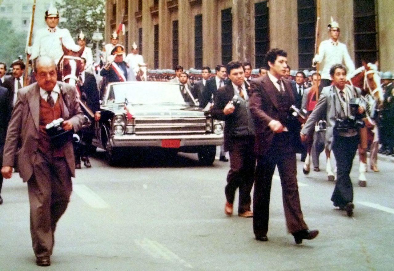 Pinochet i en bilparade i Santiago for å feire 9-årsjubileet for hans statskupp.