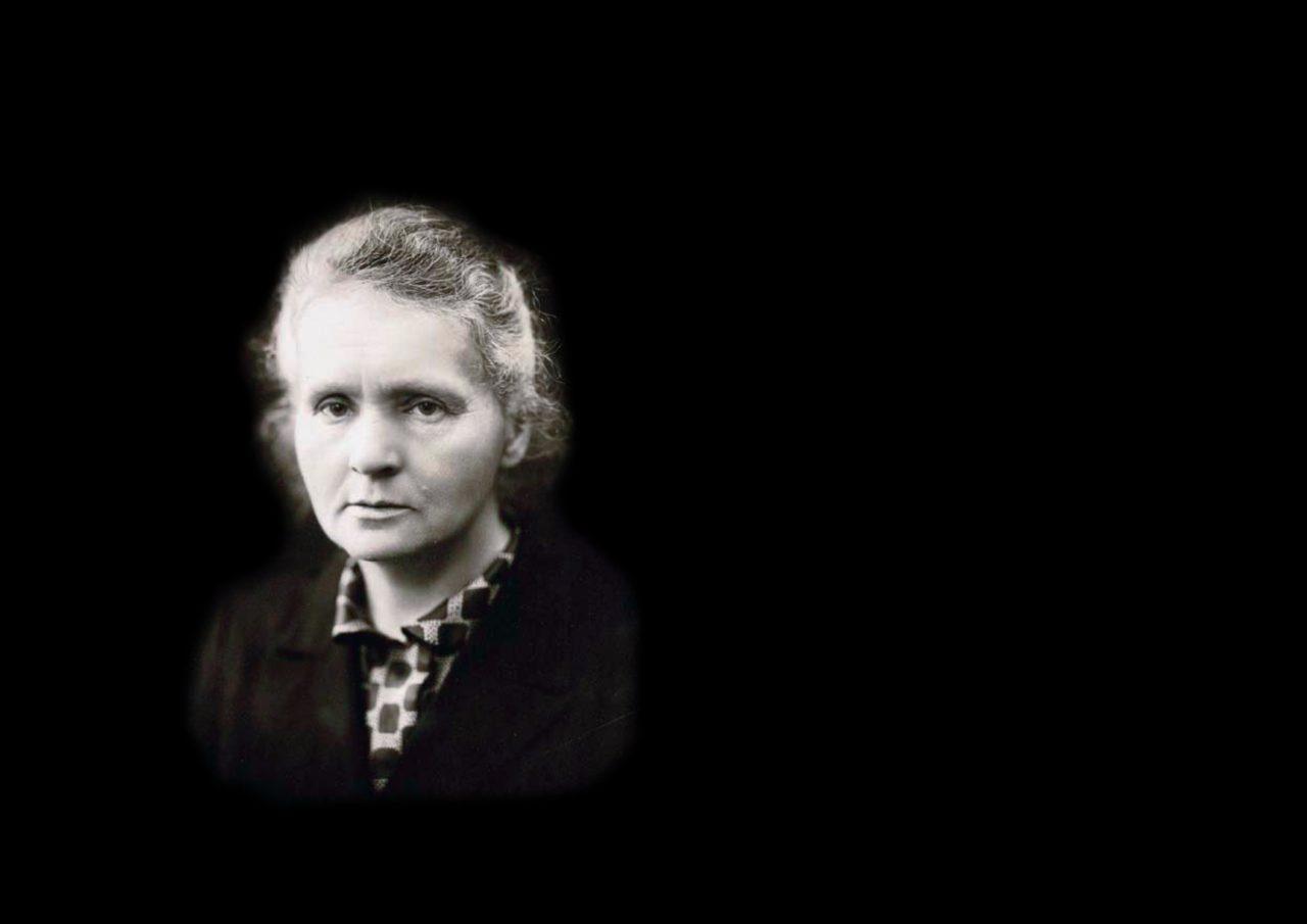 Portrett av Marie Curie med svart bakgrunn