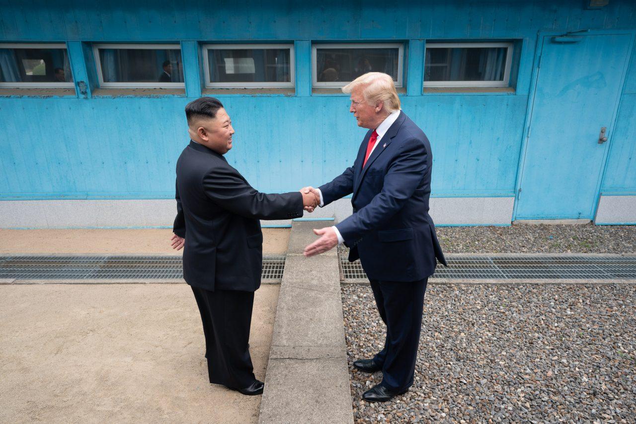 USAs president Donald Trump er første amerikanske presidenten til å krysse grensen til Nord-Korea for å møte øverstkommanderende av den totalitære ettpartistaten, Kim Jong-un.