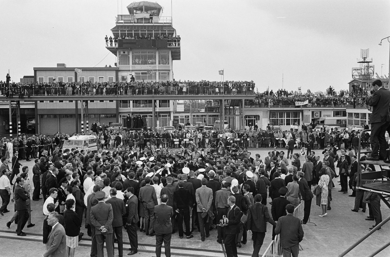 The Beatles ankommer Schiphol flyplass, 1964