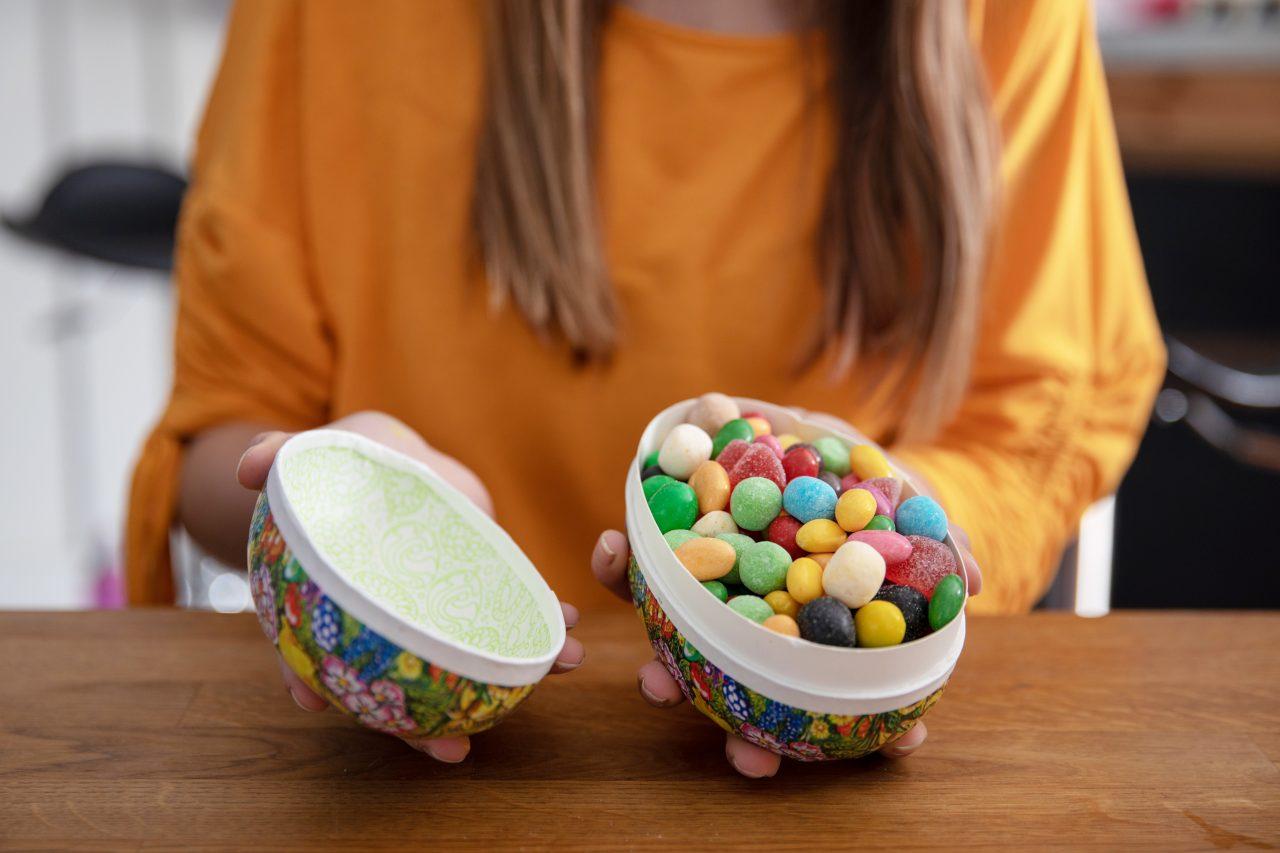 Påskeegg fylt med godteri