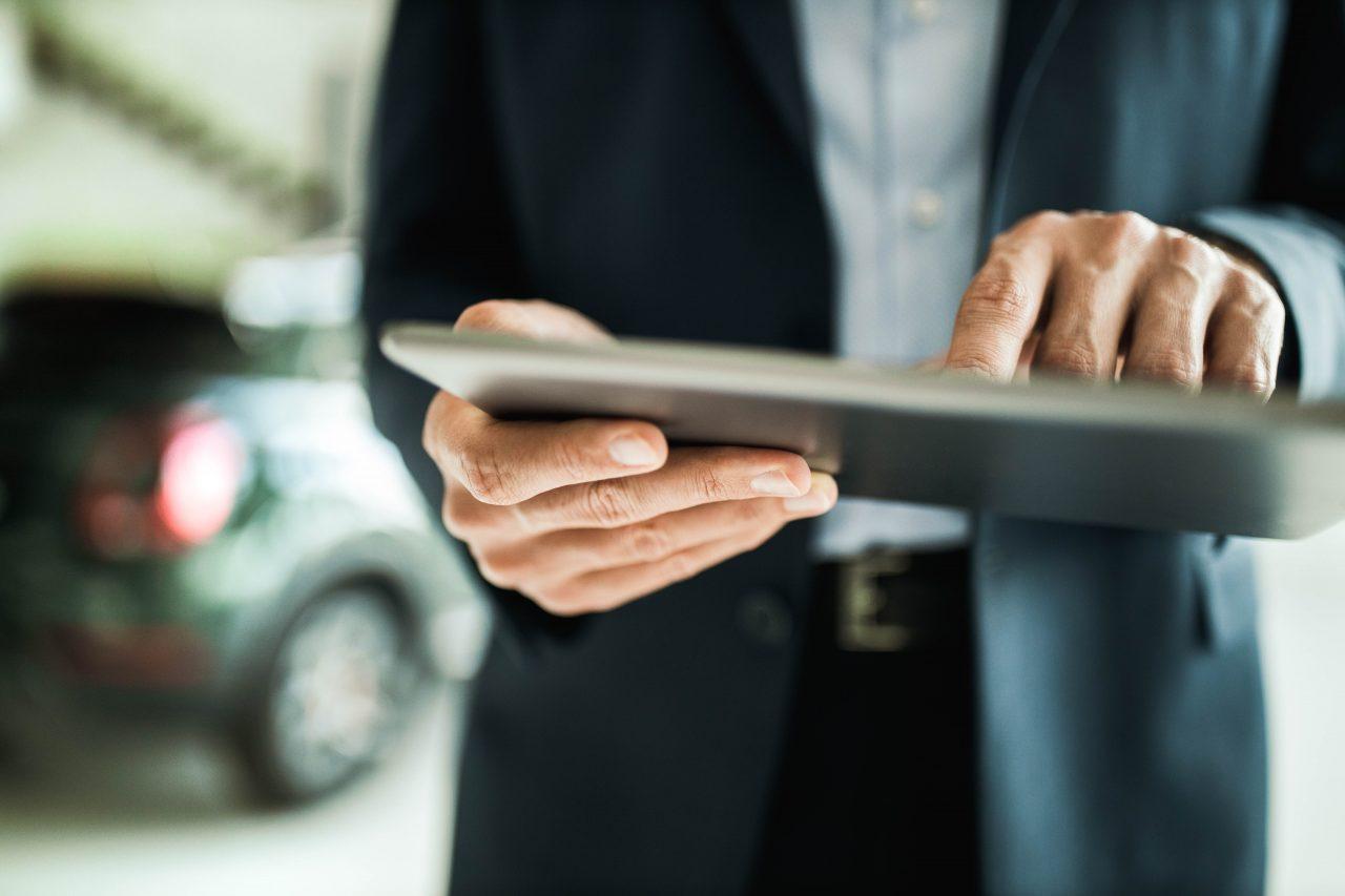 Nærbilde av en mann som holder en iPad
